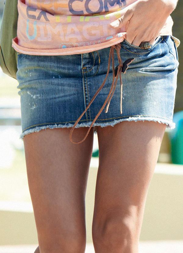 девушки в мини юбке сзади
