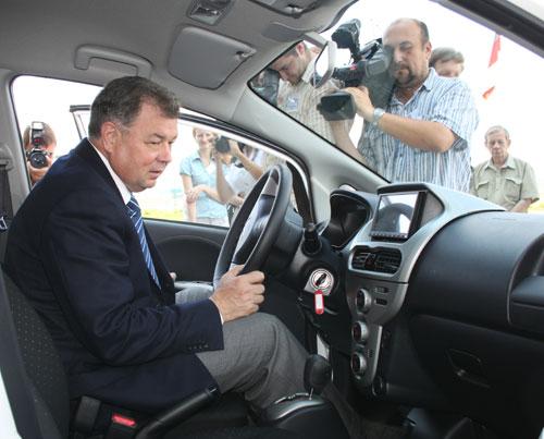 20 июля, 2011 года. Анатолий Артамонов тестирует электромобиль i-MiEV на презентации.