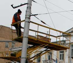 Калужские монтеры высотники тянут провода, аки админы сеть