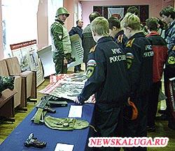 Как будущие, так и настоящие призывники особо заинтересовались в Калуге выставкой оружия.
