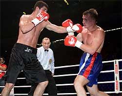 Калужанин Александр Ромашко (справа) проводит один из боев