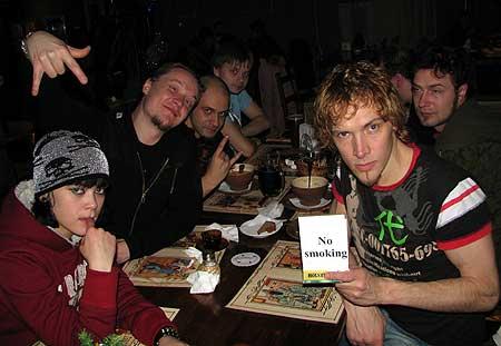 СЛОТ ужинает в баре после концерта