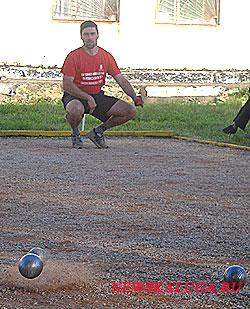 В петанке очень важно уметь выбить подальше шарик противника