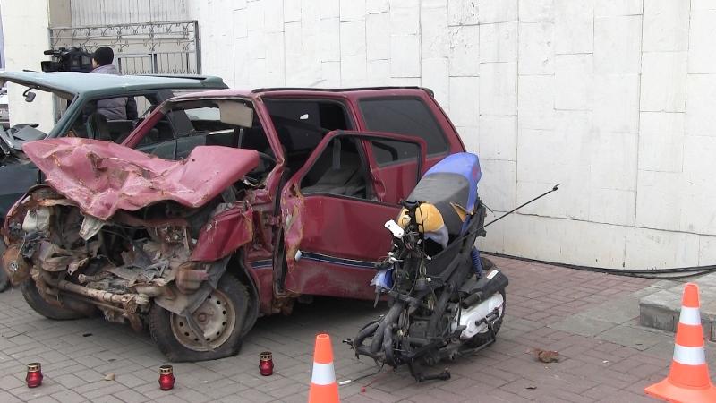 Центре калуги выставили разбитые авто