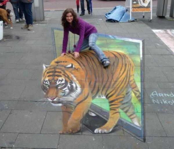 На городском асфальте 3d граффити