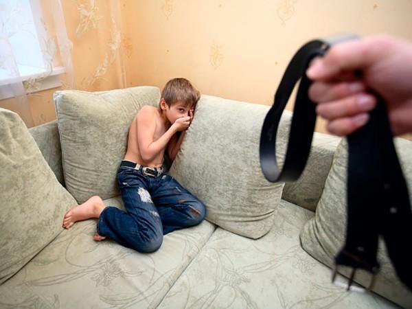 Мамаша пришла с собрания и наказывает сыночка
