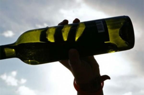 Девушку в попу бутылкой