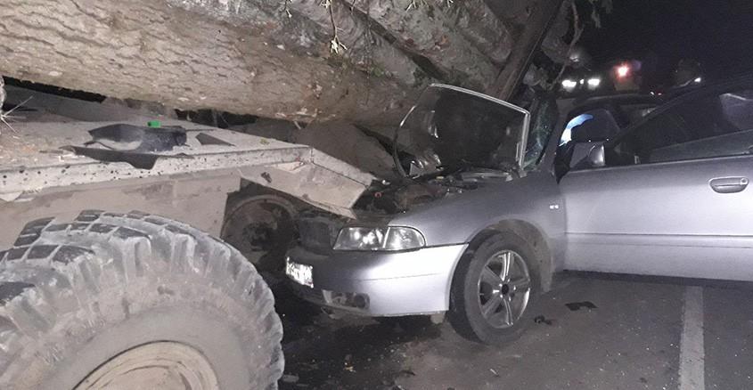 Иностранная машина врезалась встоящий лесовоз под Калугой