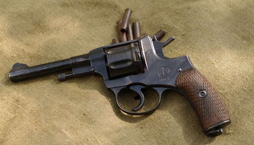 Старый мужчина под Калугой застрелил молодую супругу