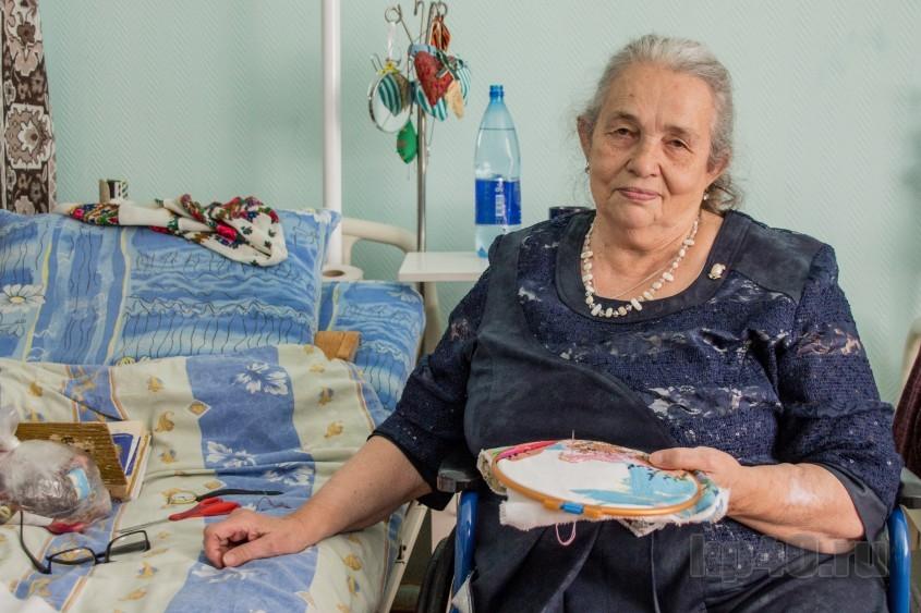 Пожилая женщина ищет пропавшего сына