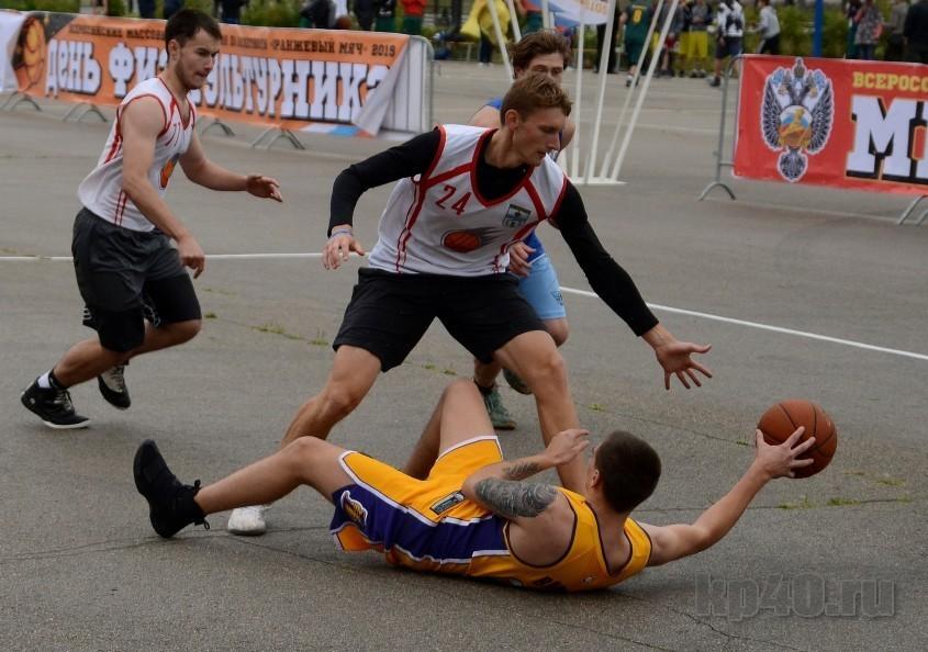 Юный «Фаер» и взрослые «Кирпичи»: в Калуге прошёл «Оранжевый мяч»