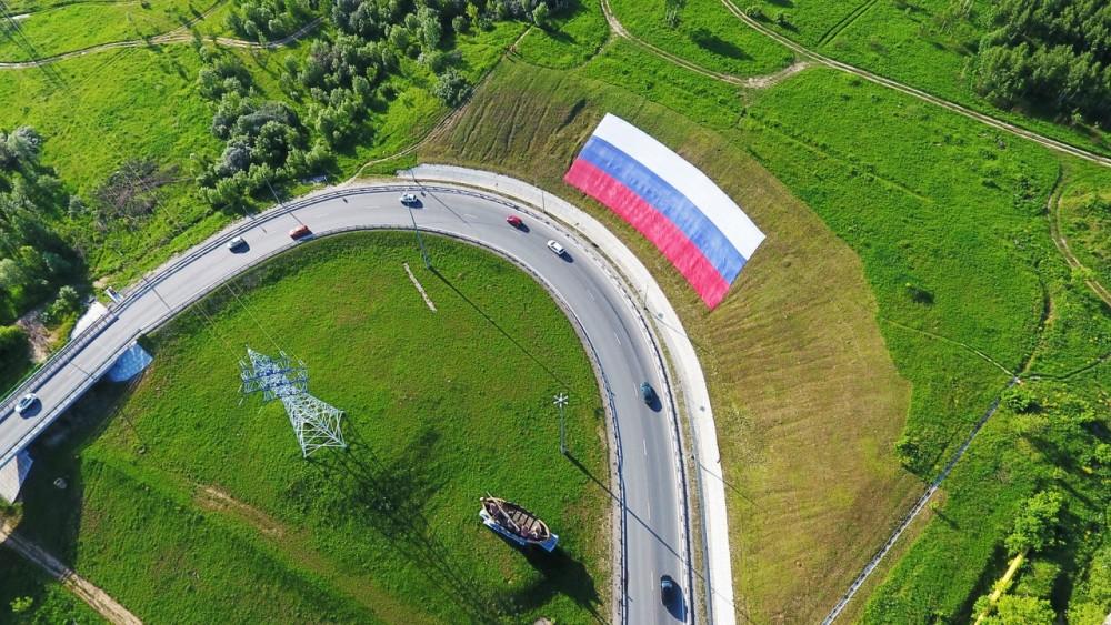 В Калуге развернули огромный флаг России рядом с окружной дорогой