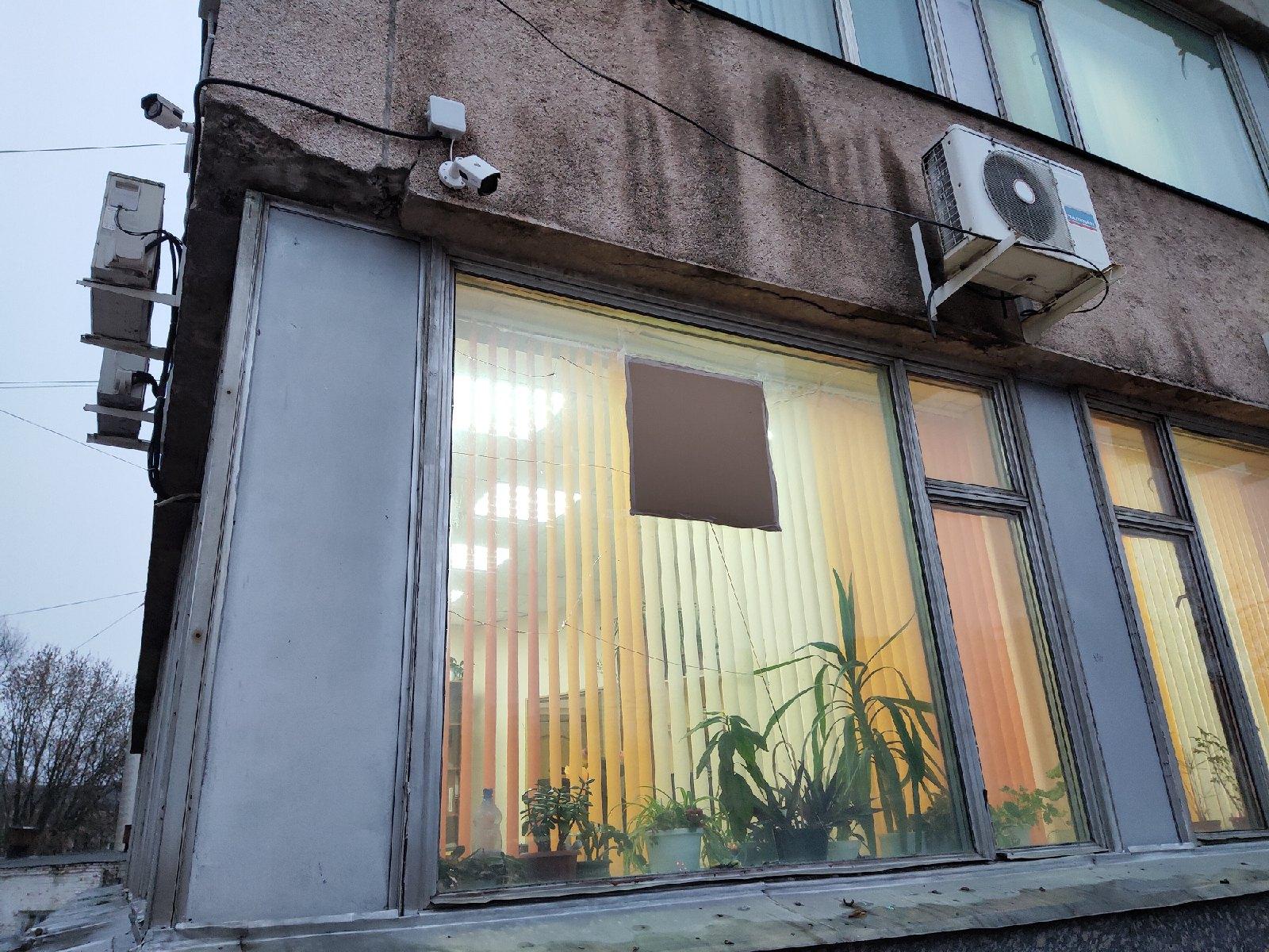 Пока разбитое окно подлатали картонкой.