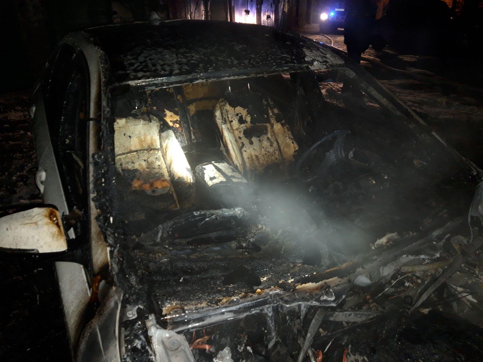 Сгоревший БМВ в Калуге на улице Веры Андриановой