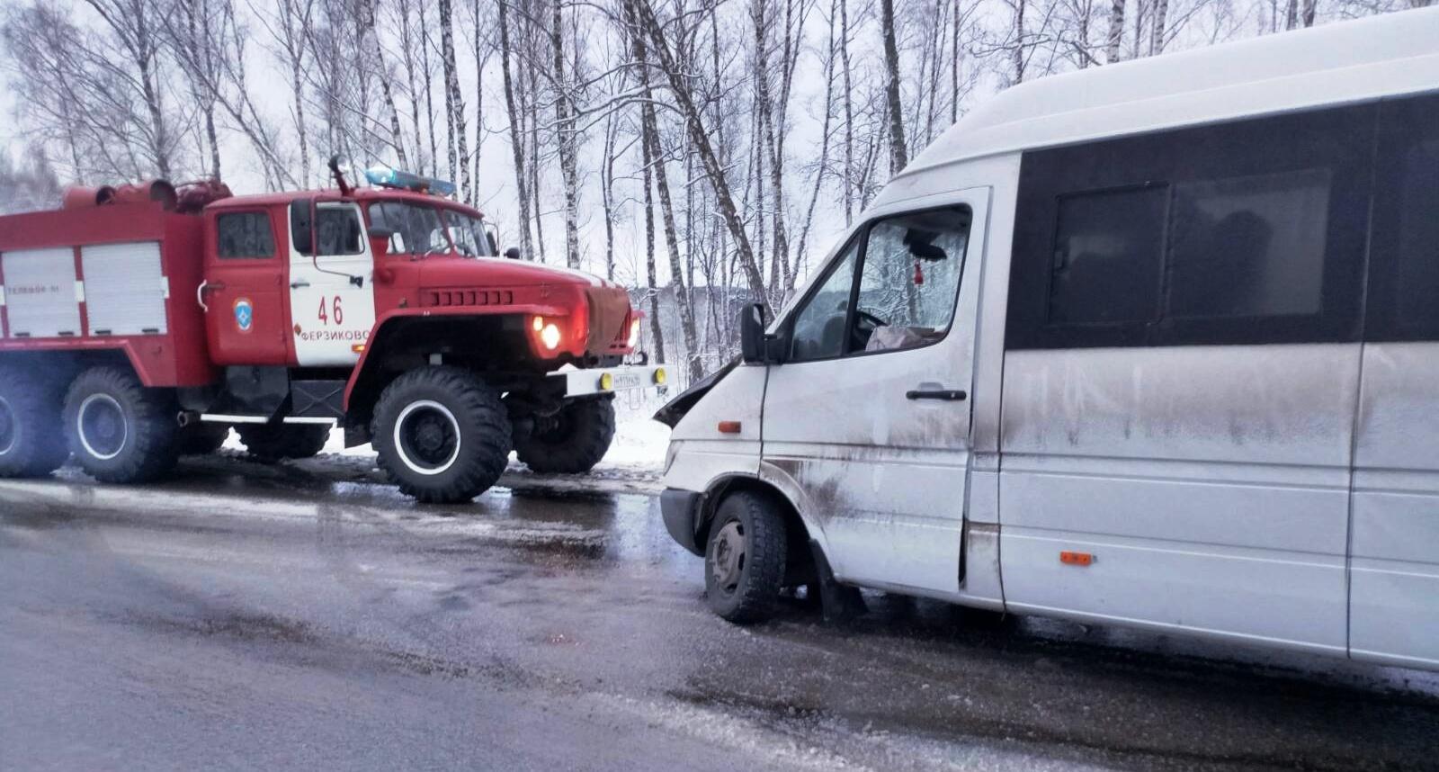 Лада врезалась в маршрутку на дороге Калуга - Таруса