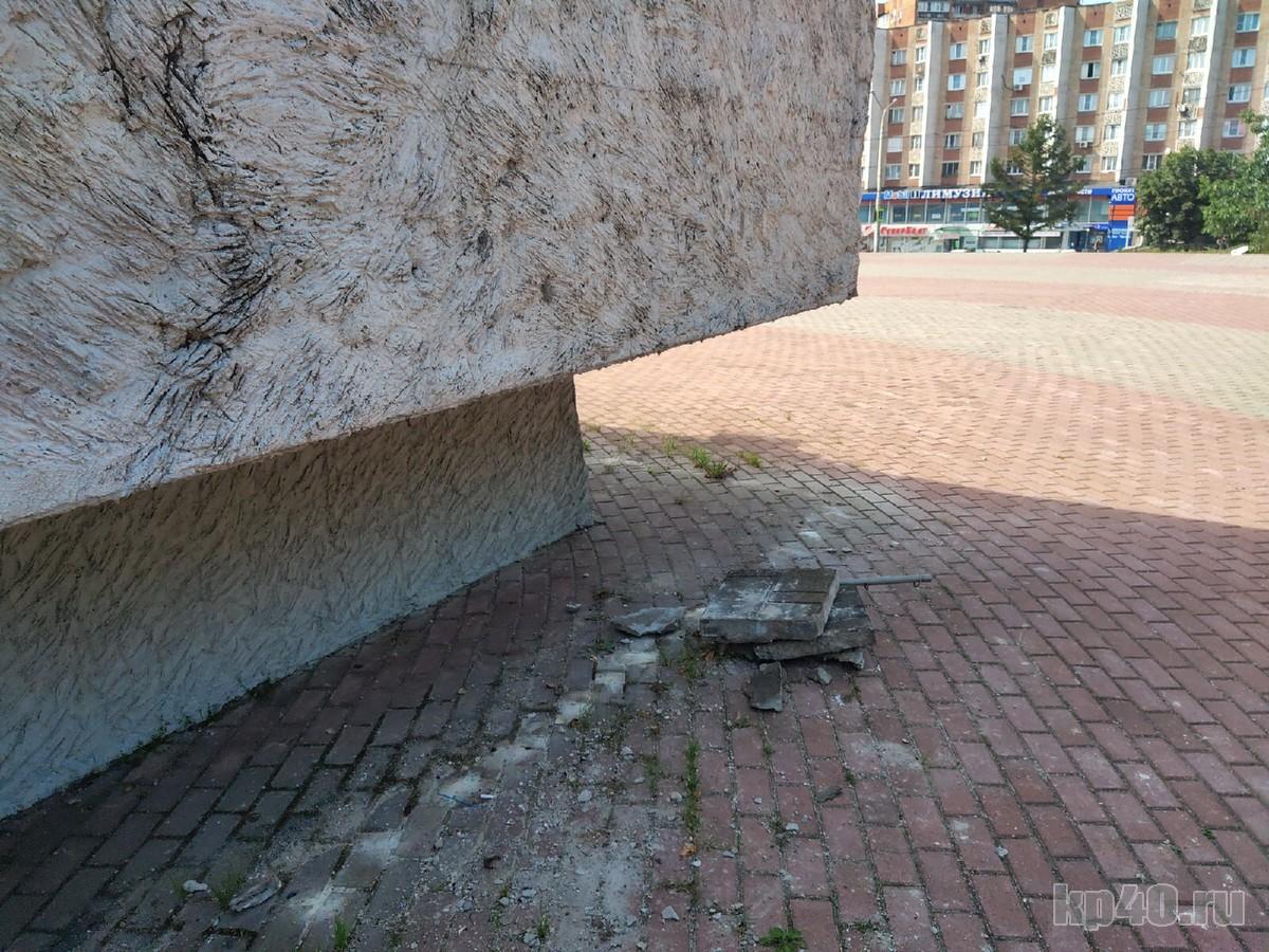 Памятник 600-летию Калуги разваливается и зарастает деревьями